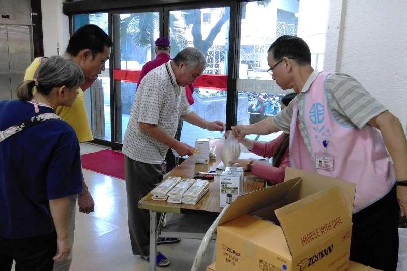 將選擇權還給受助者,新北板橋區公所「愛心資訊平台」日前接受愛心人士捐贈物資,由板橋區公所代為發放。(圖/新北市板橋區公所提供)