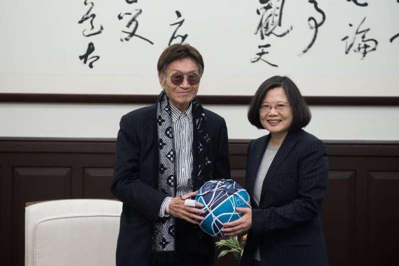 致力推動安樂死合法化的傅達仁(左),曾前往總統府與總統蔡英文(右)見面,期望台灣成為亞洲第1個安樂死立法的國家。(取自傅達仁臉書)