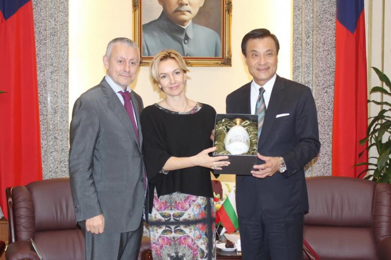 保加利亞前外交部長所羅門.帕西夫婦應邀訪台,20日參訪立院並和立法院長蘇嘉全相見歡。(台灣世代教育基金會提供)