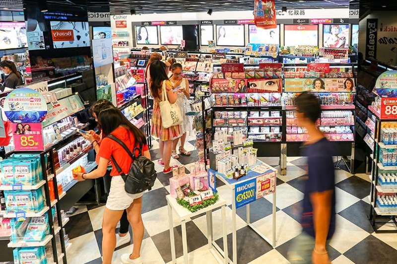 「過去台灣藥妝通路多仿照日本的經營模式,如今日本藥妝通路正面臨痛苦的轉型之際,台灣的藥妝通路也應當更積極佈局下一階段市場變遷所帶來的影響,提前做好準備或是沉浸在過去的輝煌年代,正是需要嚴肅面對決擇的關鍵時期。」(蘇義傑、賴永祥攝,遠見雜誌提供)