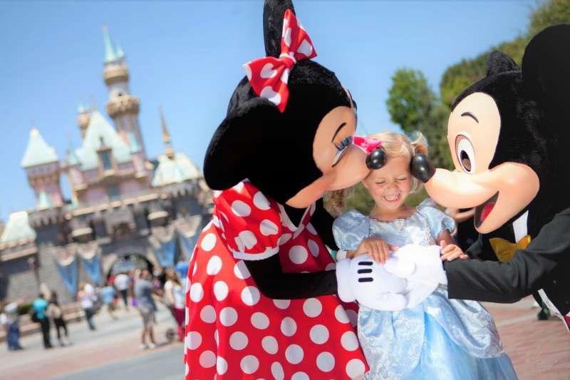 英國媒體揭露迪士尼的怪規定,包括不能對遊客用食指指示、更不能說話無理,所以迪士尼的員工只好用這句「祝福的話」來代替。(圖/Disneyland@facebook)
