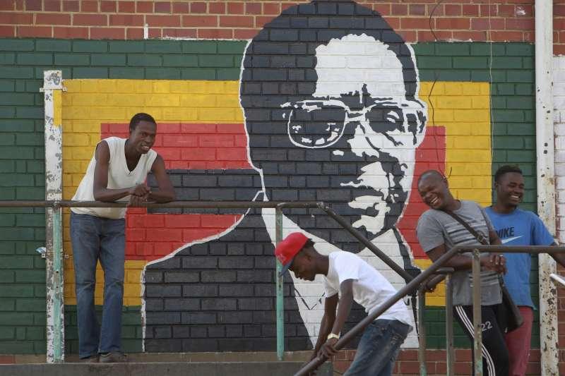 辛巴威總統穆加比下台,為專政37年劃下句點,但非洲許多國家仍由「萬年總統」掌權。(美聯社)