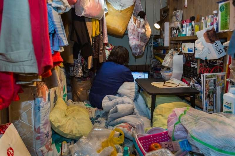 布魯克林攝影師 Won Kim 來到東京遊玩時,愛上膠囊旅館,拍下一系列的日本文化照片。(圖/言人文化提供)