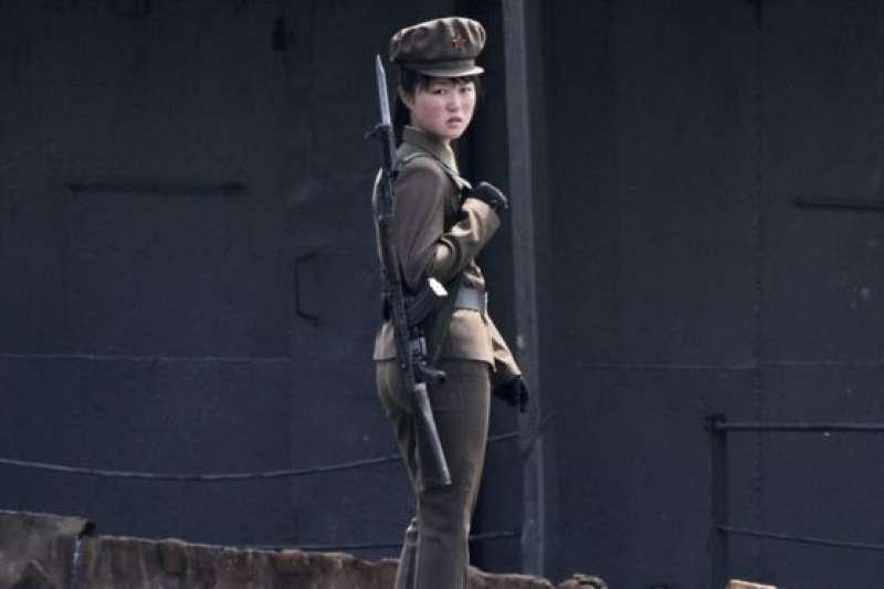 鴨綠江邊上的一名北韓女兵,攝於2014年。(BBC中文網)