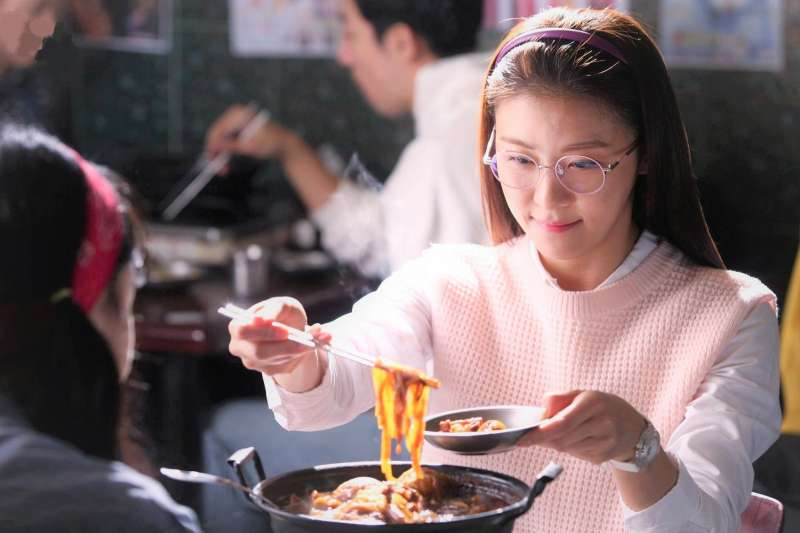 天氣開始變冷了,吃火鍋是國人最喜歡的冬日活動,但醫師提醒,吃鍋時這個小習慣一定要改,否則重大疾病上身。(圖/SBS@facebook)