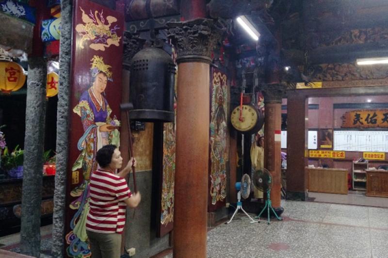 清晨五點,宜蘭大福補天宮的阿嬤們,為神明敲鐘、擊鼓。(圖/想想論壇提供)