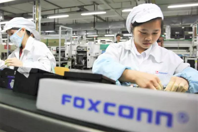 鴻海富士康公司為蘋果的代工廠,近日遭外國媒體踢爆,為了讓iPhone搶快出貨,竟將實習高中生當作廉價勞工,更讓他們每日超時工作11小時。(圖/Financial Times官網)