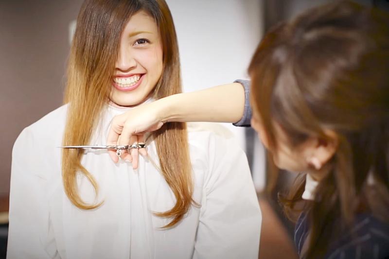 I cut my hair會讓外國人以為你自己拿刀剪頭髮,請髮型師剪的頭髮,說法可不一樣。(示意圖非本人/翻攝自youtube)