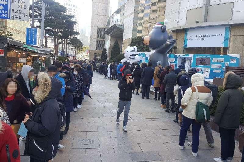 為了搶購平昌冬奧的羽絨衣,南韓民眾徹夜排隊。(取自平昌冬奧官網 www.pyeongchang2018.com)