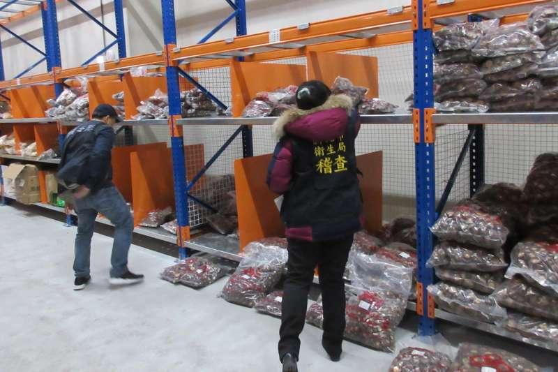 涉嫌販售來源不明香菇及貯存逾期食品,新北「平衡食品」再次遭查。(圖/新北市衛生局提供)