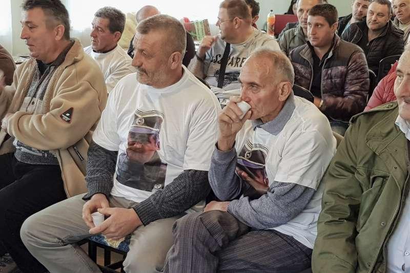 前南斯拉夫種族屠殺審判:波士尼亞塞族人士觀看審判轉播,部分人士還穿著印有姆拉迪奇照片的上衣(AP)