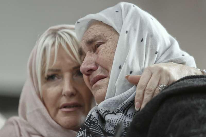 前南斯拉夫種族屠殺審判:波士尼亞屠夫姆拉迪奇被判無期徒刑,受害人家屬相擁而泣(AP)