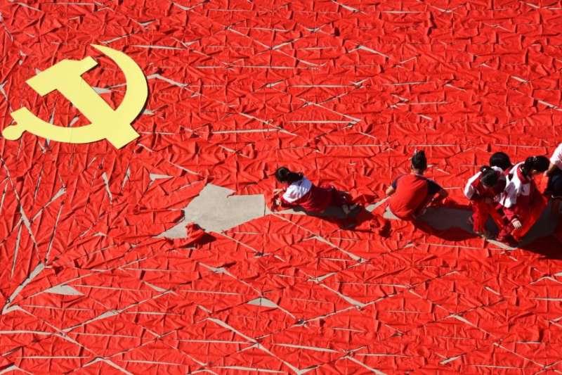 在中共十九大之前,中國山東省臨沂一所小學的學生用紅領巾組成中共黨旗。(美國之音)