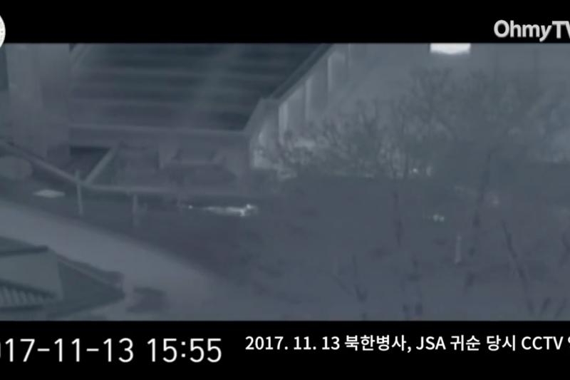 三名南韓軍人以匍匐前進方式,援救中槍倒地的北韓投誠軍人。(翻攝Youtube)