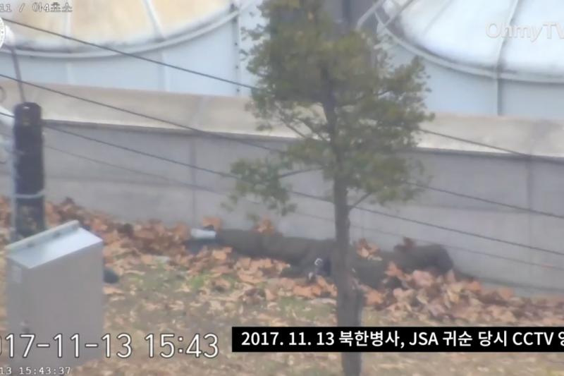倒在板門店南韓側自由之家旁的北韓投誠士兵。(Youtube)
