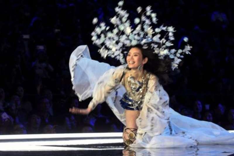 中國名模奚夢瑤在維密秀T台跌倒,成為熱門話題。(BBC中文網)