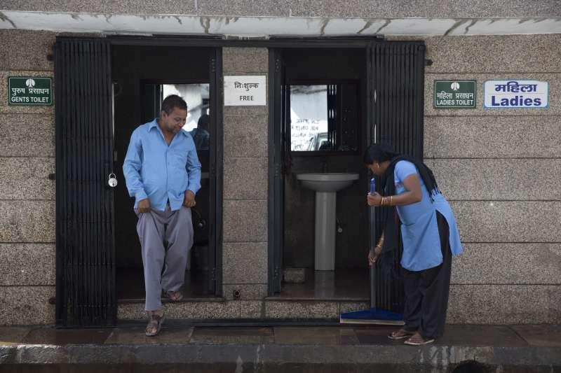 由於種姓制度,清掃廁所是賤民階級的工作,加上部分地區水資源有限,因此多數人仍選擇去戶外大小便(AP)