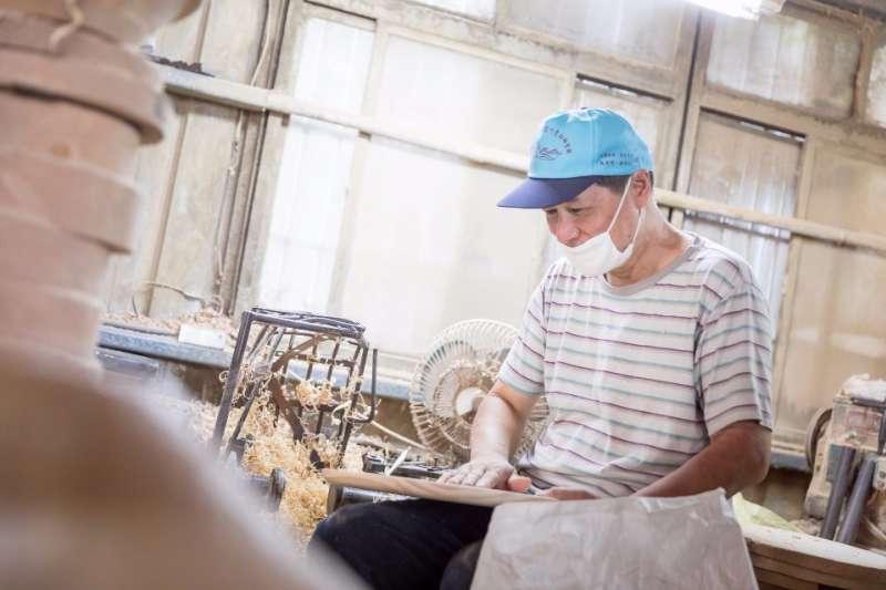 用心刻木40年,木器師傅阿煙緊守著珍貴老技藝。(圖/行人提供)