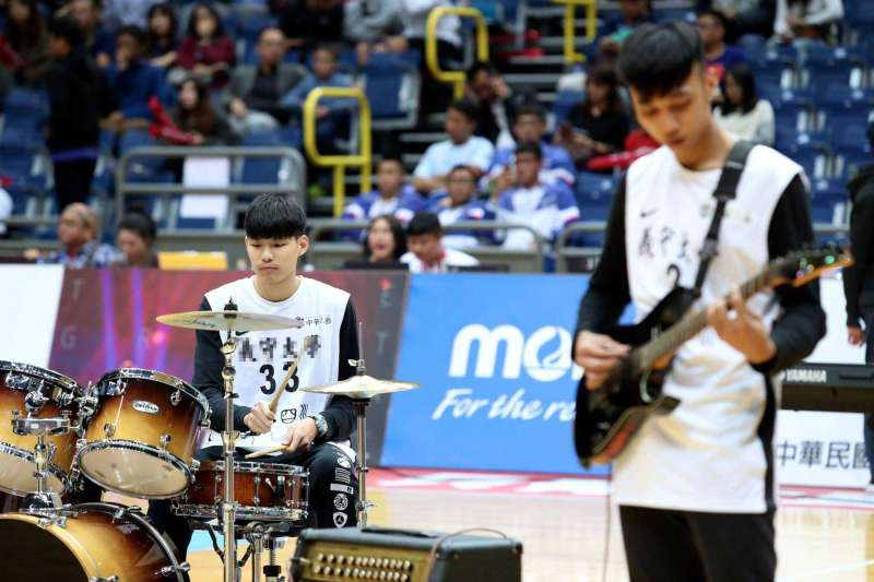 由義大男子籃球隊組成的「重開機樂團」於當日球賽中場時演出,炒熱現場氣氛。(圖/義守大學提供)