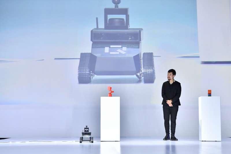 百度智慧硬體事業部總經理、渡鴉科技創始人呂騁發布raven H、raven R和raven Q三款人工智慧硬體產品。(新華社)