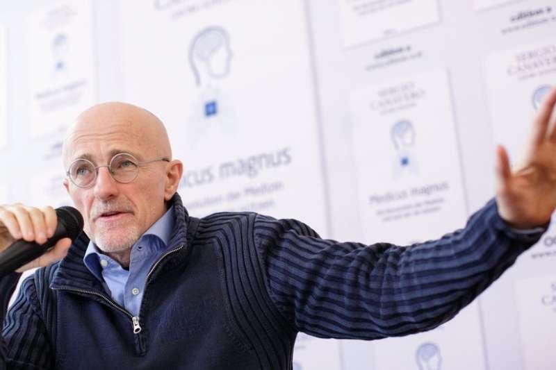 義大利都靈的神經外科專家卡納維羅說,他研究的目的是為了延長生命,因為他相信衰老是必須治療的疾病。(BBC中文網)