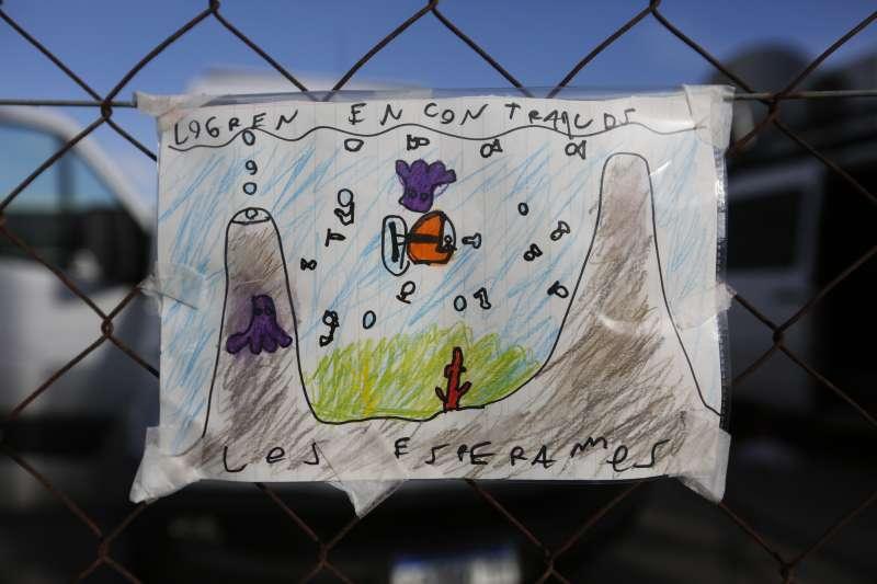 阿根廷的小朋友寫下「找到他們,我們會等他們」,為聖胡安號上44名成員祈福。(美聯社)