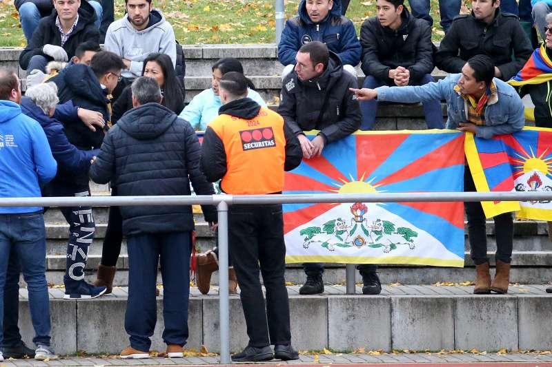 2017年11月18日,中國U20國家足球隊亮相德國西南地區聯賽,觀眾席上有人拿出象徵西藏獨立的雪山獅子旗,中國隊憤而退賽(AP)