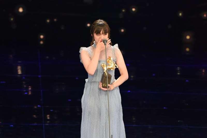 最佳女配角由《血觀音》文淇以14歲之齡拿下,她一上台就激動落淚,感謝導演楊雅喆和劇組。(取自金馬影展 TGHFF臉書)