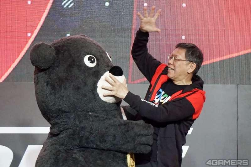 台北市長柯文哲將與魔術師陳日昇和熊讚合作,屆時還會騎重機載夫人陳佩琪登場,並在舞台上送陳禮物以表愛意。(資料照,取自4gamers)