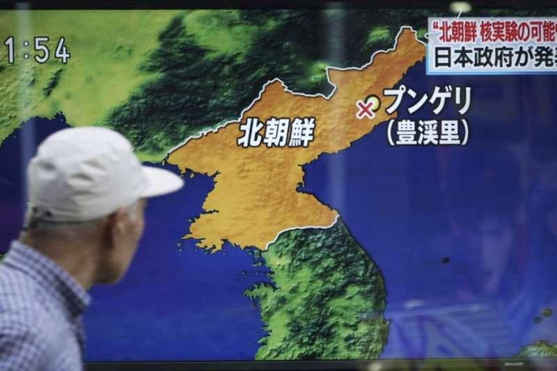 2017年9月3日,東京,一名男子走過正在播送北韓核試驗新聞的電視螢幕。(美國之音)