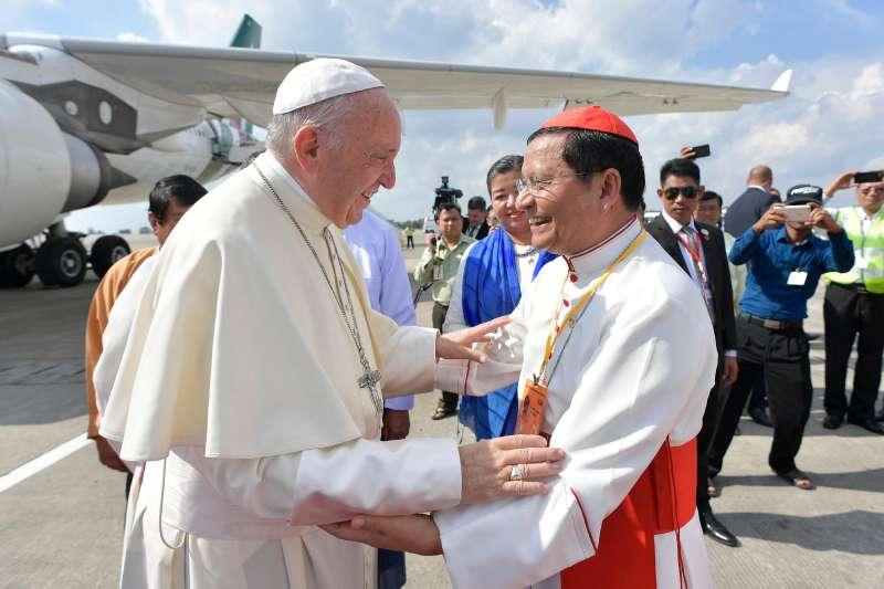 天主教教宗方濟各27日抵達緬甸仰光,緬甸樞機主教薄茂恩到機場迎接他(AP)