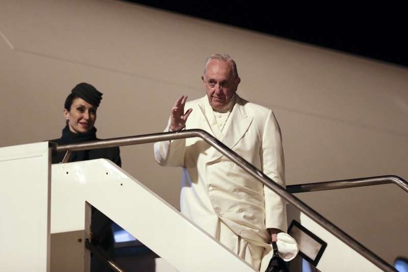 2017年11月26日,教宗方濟各從羅馬啟程訪問南亞的緬甸、孟加拉。(AP)