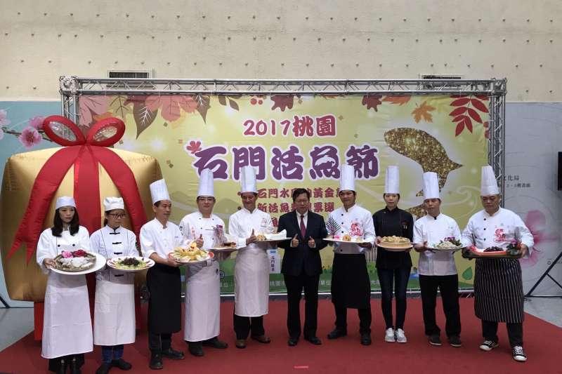 桃園市長鄭文燦參加石門活魚節活動,邀請遊客到石門旅遊吃活魚。(桃園市政府提供)