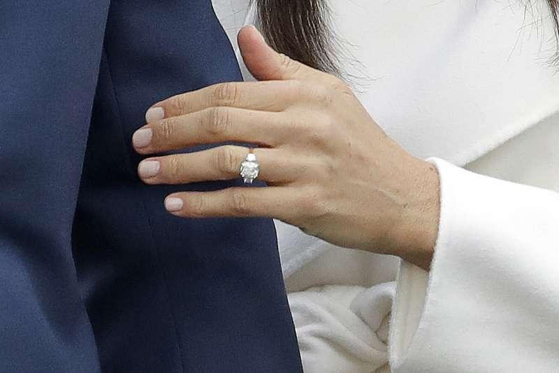 2017年11月27日,英國哈利王子未婚妻梅根.馬克爾(Meghan Markle)的訂婚戒(AP)