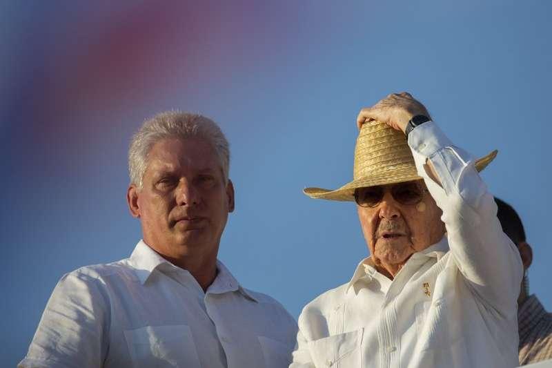 古巴國務委員會第一副主席迪亞斯卡內爾(左)與主席勞爾‧卡斯楚。(美聯社)