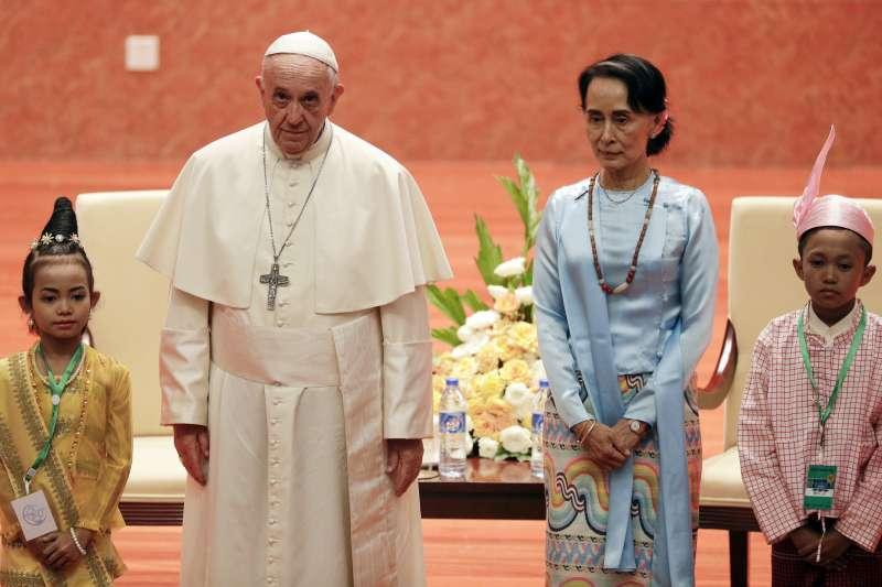 教宗方濟各訪問緬甸,會見緬甸實質領導人翁山蘇姬。(美聯社)