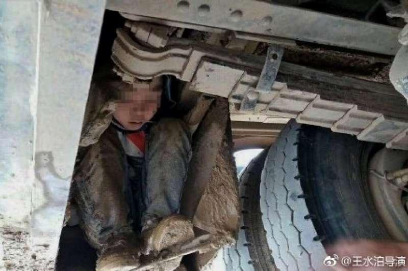 廣西兩名男孩思念長期外出打工的父母,竟藏身公車車底,一路遠行90公里。(取自微博)