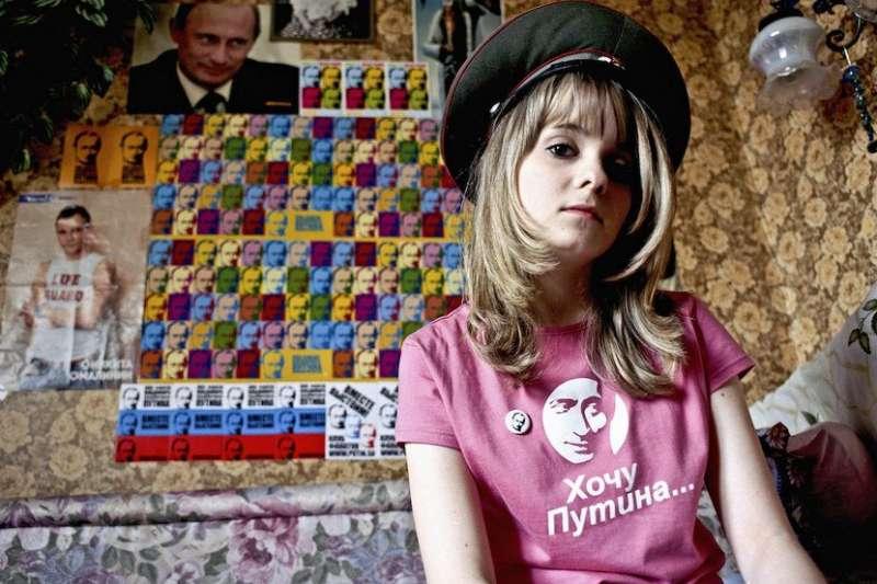 圖中女孩名為 Yulia Minazhetdinova,她說父母反對她的嗜好,認為她不懂政治,但女孩不表認同,她說普京是其英雄、啟發她、令她嚮往。(圖/言人文化提供)