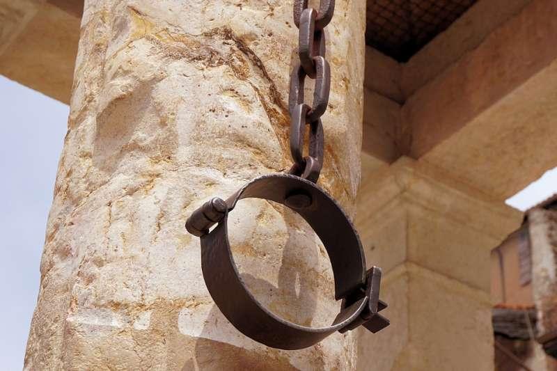 鞭刑不僅是皮肉上的刑罰,亦為人格、尊嚴上的羞辱。(示意圖/webandi@pixabay)