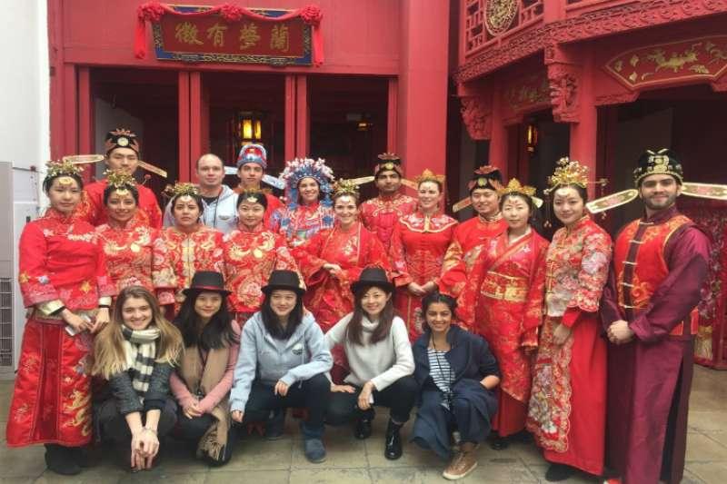 CUSEF邀請美國哥倫比亞大學國際關係與公共事務學院學生訪華,學生穿起了中國傳統婚禮服。(圖/CUSEF網站)