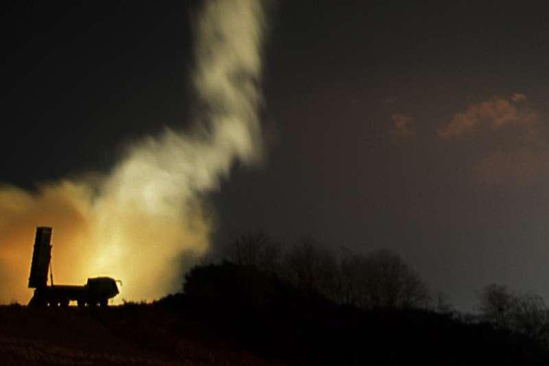 2017年11月29日,北韓試射「火星-15」型洲際彈道飛彈,南韓軍方隨即以陸海空飛彈實彈射擊回敬(AP)