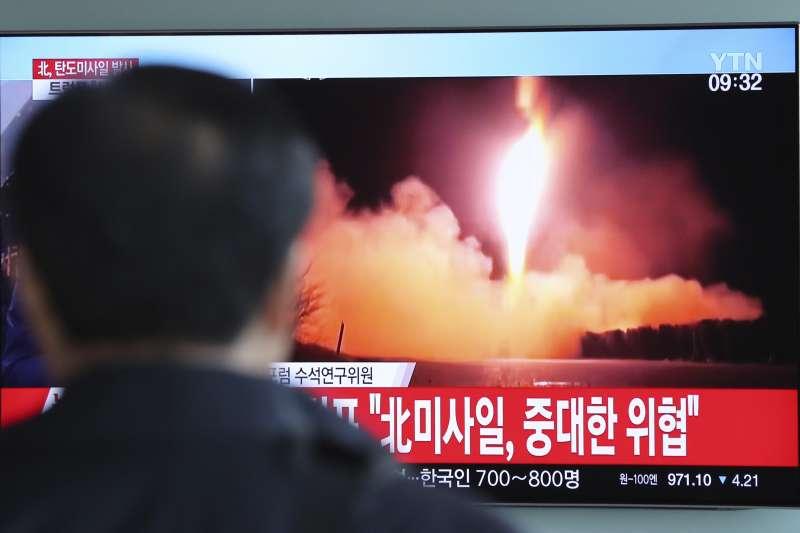 北韓11月29日再度試射「火星-14」,南韓電視新聞紛紛以快訊播報。(美聯社)