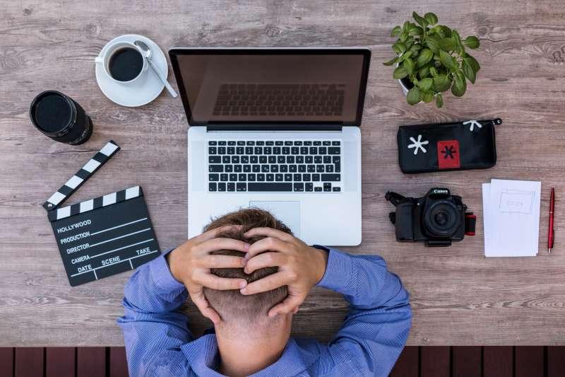 許多上班族因每日負擔沈重工作,壓力越來越大,造成嚴重的工作倦怠感。(圖/Pixabay)