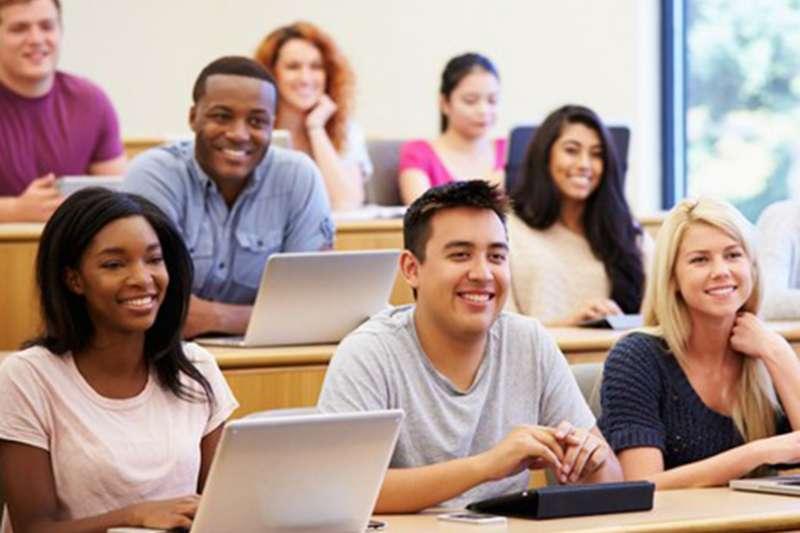 旁邊的學生會被筆電螢幕干擾,而筆電使用者往往不只做筆記,還會打開郵件、臉書與推特等軟體,無形中引誘旁人眼球,成了講堂中的「視覺汙染」。(圖/遠見雜誌提供)