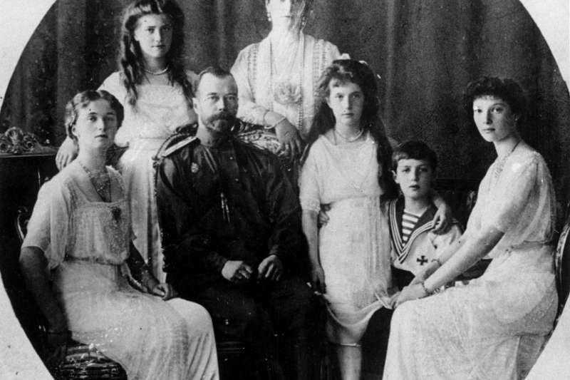 末代沙皇尼古拉二世(Nicholas II,圖左二)全家福。(美聯社)