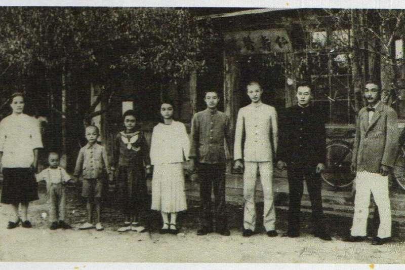 張七郎(右一)家人手牽著手,彼此緊握著,在仁壽醫院前合影,彷彿要把握全家人在一起的時光。(圖/想想論壇提供)