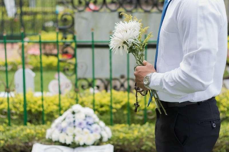 親友喪禮時,若不將感情表露於外,不但會被旁人投以質疑的眼光,甚至還會被人厭惡。(示意圖非本人/joaph@pixabay)