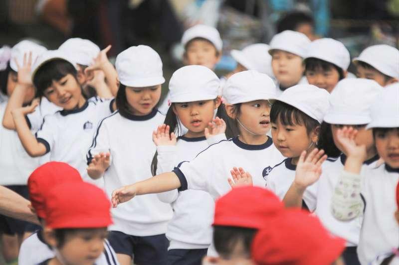 近日公共政策平台「高中及國中小上課時間改為9點到15點」的附議門檻,但這引發了看法兩極的論戰。補教名師呂捷點出核心原因竟是因為,勞工工時太長!(圖/MIKI Yoshihito@flickr)