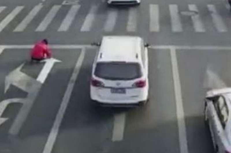 江蘇一名男子用油漆擅改馬路指示。