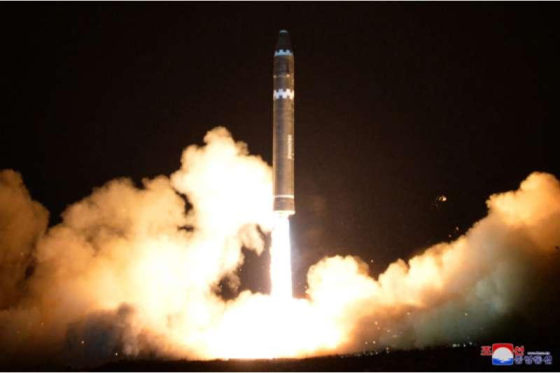 金正恩對於「火星-15」的試射表現非常滿意。(勞動新聞)